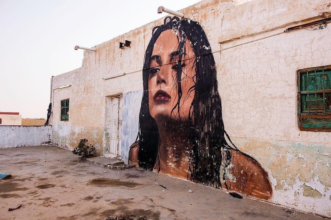 رسام سعودي يحول البيوت المهجورة إلى لوحات فنية