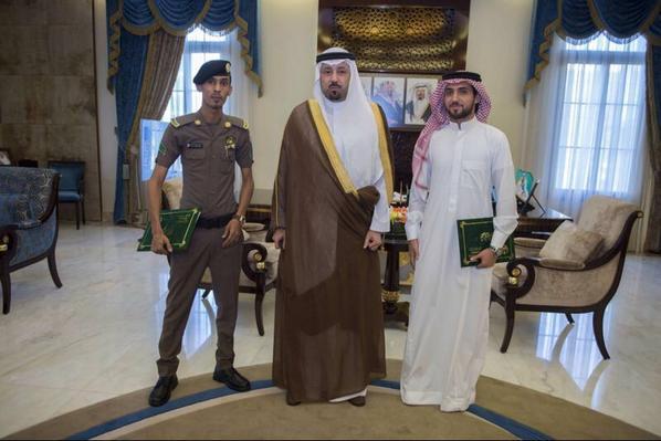 صورة أمير مكة يكرِّم الغامدي وسلطان جمال لمحاولتهما إنقاذ ضحية التحلية
