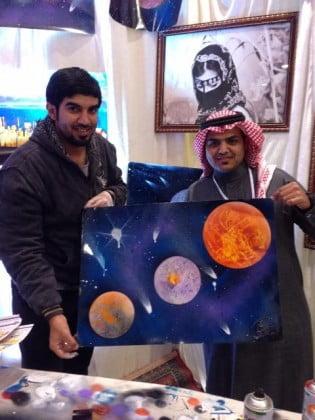 """صورة """"الغامدي"""".. موهوب الرسم الحر يبهر زوار ملتقى الشباب بتبوك"""