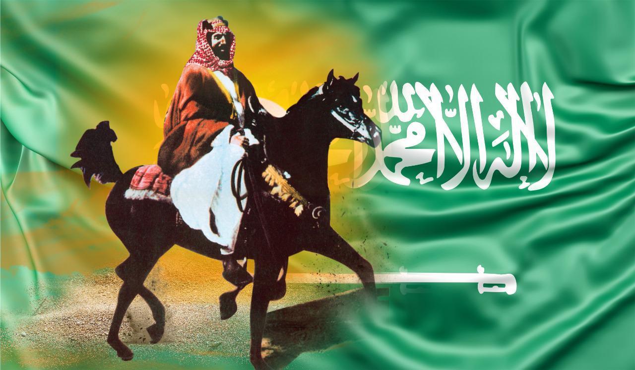 صورة الرحالة خالد الغامدي يرفع صورة عبية (فرس الملك عبدالعزيز) فوق أعلى قمة بالعالم