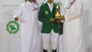 صورة سمو الأمير عبدالله بن فهد يتوج الفارس وليد بن عبدالرحمن الغامدي بكأس رئيس الاتحاد السعودي للفروسية