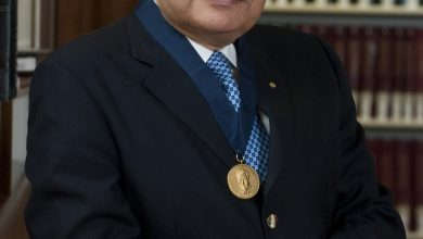 صورة أحمد زويل. حاصل على جائزة نوبل أذهل العالم بانجازاته. والملتزم بدينه.يرحمه الله