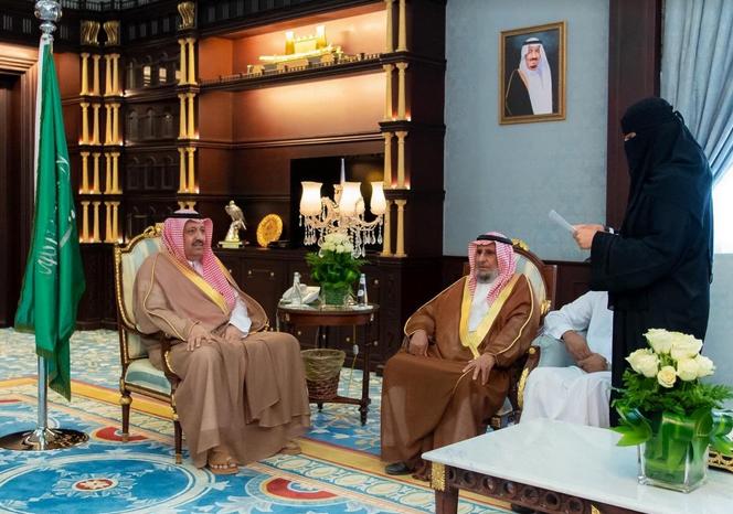 أمير الباحة يكرم الطالبة أميرة الغامدي