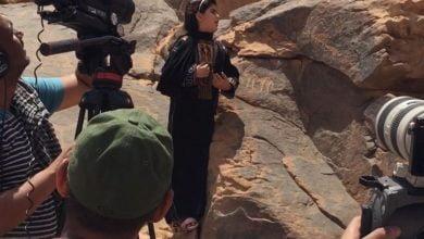 صورة أول سعودية بعمر 12عاما تقرأ باللغة الثمودية