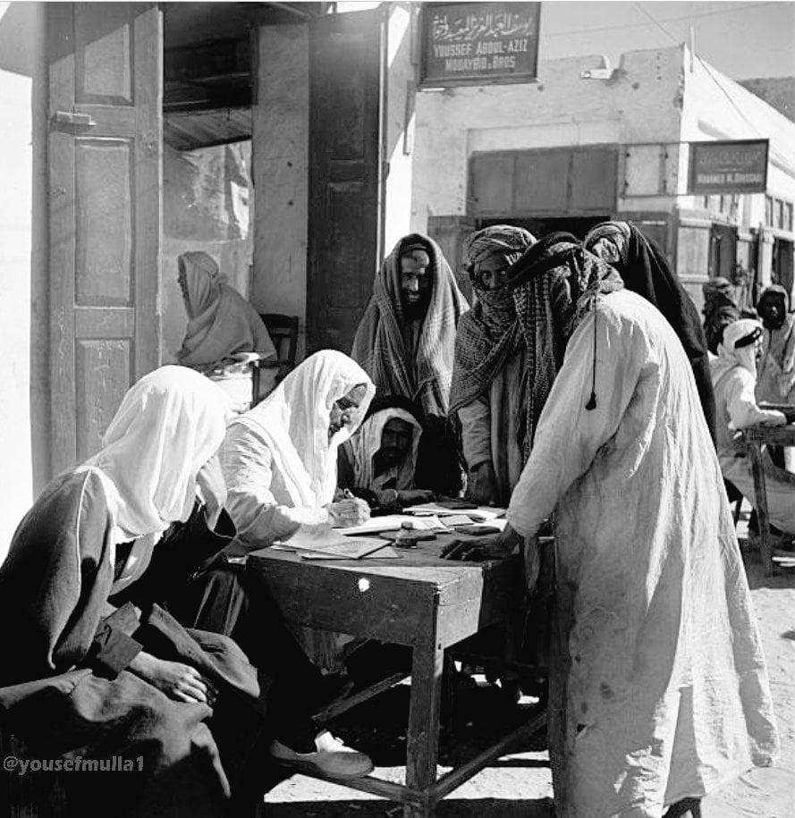 صورة تظهر أحد كتاب المعاريض في سوق الدمام منذ 64 عامًا - صحيفة صدى  الالكترونية